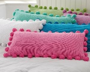Надомна работа: Изработване на декоративни възглавници